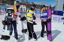 Snowboardkrosařka Eva Samková (uprostřed) dokončila páteční závod Světového poháru na pátém místě.