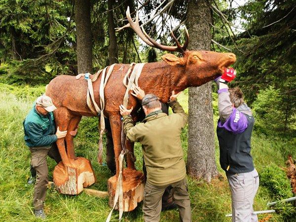 Opravenou cestu kPetrovce lemuje čtrnáct zvířat ze dřeva