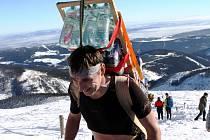 ŠEDESÁT KILO A VZHŮRU NA SNĚZKU! Účastníci Sherpa Cupu vynášejí při závodě zásoby na Českou Poštovnu. Při zimní verzi jdou přes Růžohorky, v létě Obřím dolem.