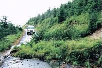 POŠKOZENÉ CESTY v Krkonoších musí pracovníci opravit co nejdříve, očekávají se další deště.