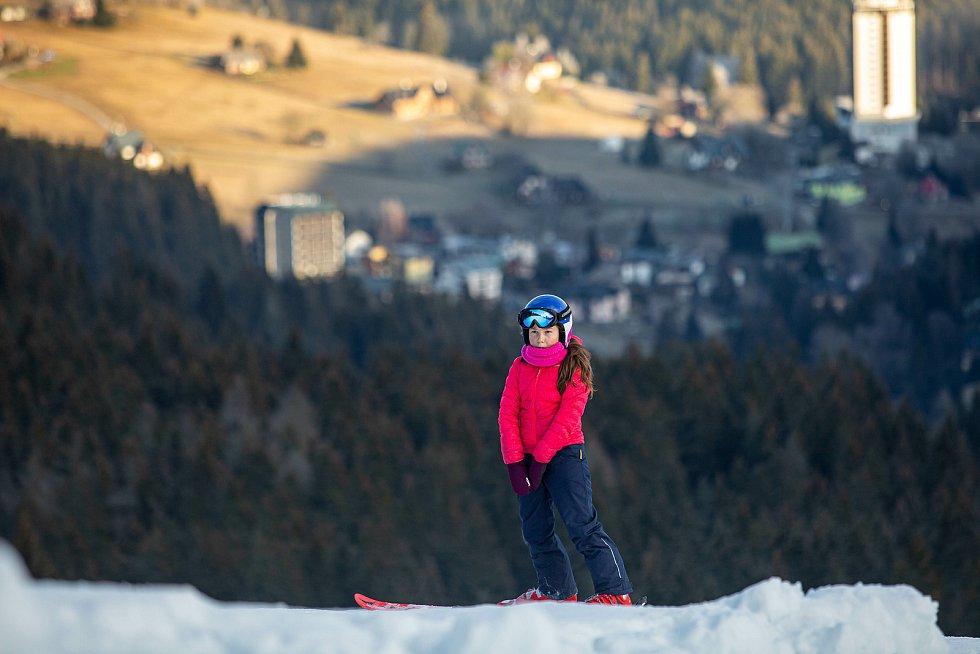Lyžařská sezona trvala zatím jen týden. Skiareály doufají, že vláda rozhodne o obnovení provozu.