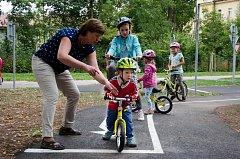 Na zahradě Mateřské školy Zámeček v Hostinném otevřeli nové dopravní hřiště.