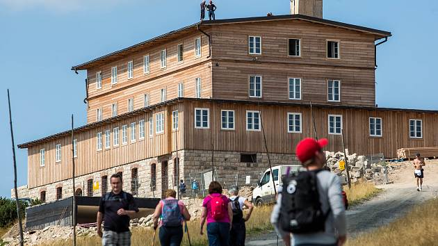 Stavba Petrovy boudy v Krkonoších.