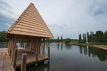 Odbahněný a nově napuštěný rybník Kačák dusí problémy s výskytem cerkárií.