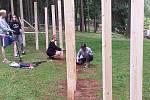 Mladí architekti tvoří herní prvky přímo v trutnovském festivalovém areálu na Bojišti.