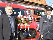 Starosta Černého Dolu Zdeněk Kraus (vlevo, s velitelem SDH Rudolfem Janečkem) předal v sobotu nový dopravní automobil místním hasičům v Čisté v Krkonoších, kteří letos slaví 140 let.