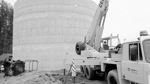 Stavba začala - fermentační stanice tvořená mimo jiné třemi betonovými nádržemi, bude hotová na konci léta