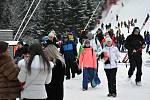 Špindlerův Mlýn 2. ledna 2021. U dolní stanice lanovky na Medvědín se pohybovaly davy lidí.
