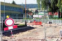 NA PAPÍRY JE ČLOVĚK KRÁTKÝ. Ve Dvoře Králové sice rekonstrukce vozovky vedoucí k zoologické zahradě započala, zhruba měsíc ale práce stály. Kvůli chybným dokumentům.
