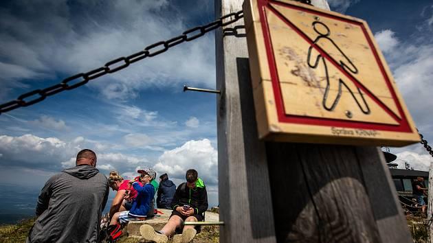 S vysokou návštěvností nejvyšší hory se pojí i problémy. Stovky turistů porušují zákaz vstupu a navzdory cedulím piknikují hned za cedulemi se zákazem. Strážci národního parku z polské i z české strany upozorňují turisty a ve vážných případech i pokutují.