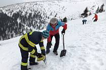 ÚZKÁ SPOLUPRÁCE panuje mezi Horskou službou Krkonoše a polskou partnerskou organizací GOPR. Příkladem je březnové cvičení horských záchranářů a hasičů nedaleko chaty Strzecha Akademiczna.