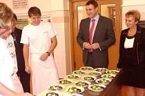 LIBERECKÝ hejtman Martin Půta s ředitelkou obchodní akademie a hotelové školy Milenou Lednejovou. Po prohlídce školy a besedě se studenty čekal celou delegaci společný oběd.