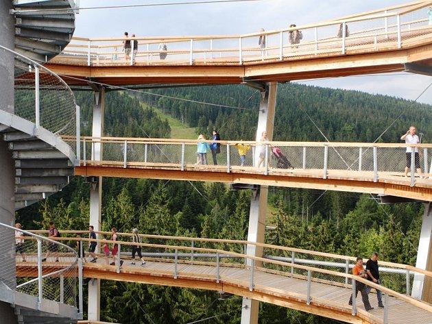 DAVY NÁVŠTĚVNÍKŮ se hrnou každý den na Stezku korunami stromů Krkonoše v Janských Lázních. Nová atrakce zažívá od svého otevření 2. července velký boom.