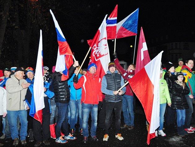 TÉMĚŘ PĚTI STOVKÁM účastníků lyžařského šampionátu se ve Špindlerově Mlýně líbilo, nejstaršímu účastníkovi Otto Krajňákovi ze Slovenska je dokonce přes devadesát let.
