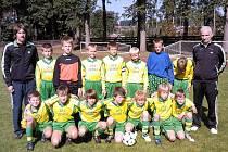 TURNAJ V JILEMNICI vyhrál výběr OFS Semily (ročník narození 1999). S hráči jsou na snímku také vedoucí družstva, předseda semilského okreného fotbalového svazu Petr Herz a trenér Mir. Klimenta.