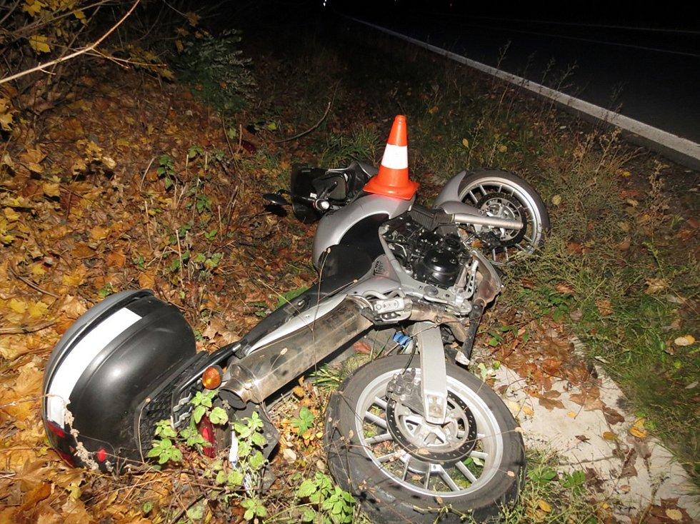 Dva těžce zranění při nehodě motocyklu.