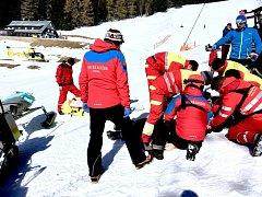 Neúspěšné oživování lyžaře na sjezdovce.