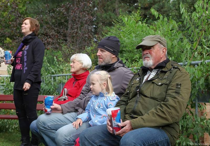 Otevřená farní zahrada ve Vrchlabí zvala na benefiční festival.