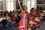 Africkému festivalu v zoo nepřeje počasí. I v útrobách Galerie Zdeňka Buriana však černošské skupiny předvádí energické show.