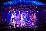 Věšení za kůži na háky při festivalu Obscene Extreme v Trutnově.