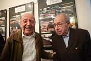 Antonín Just (vpravo) s kamarádem Karlem Hybnerem. Kroniku spolu tvořili do roku 1970. Just psal, Hybner fotografoval.