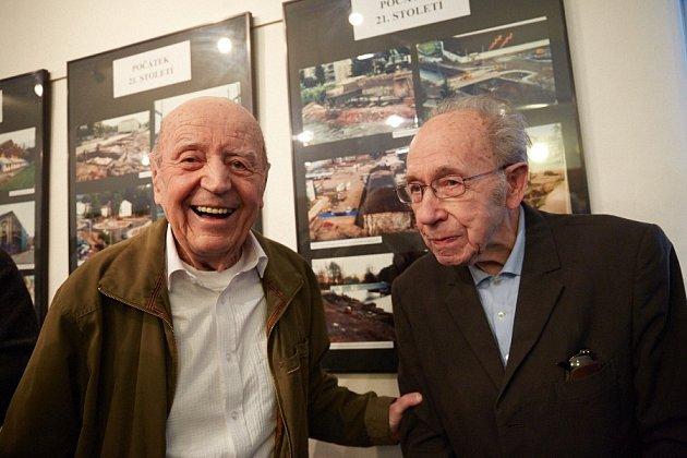 Antonín Just (vpravo) skamarádem Karlem Hybnerem. Kroniku spolu tvořili do roku 1970.Just psal, Hybner fotografoval.