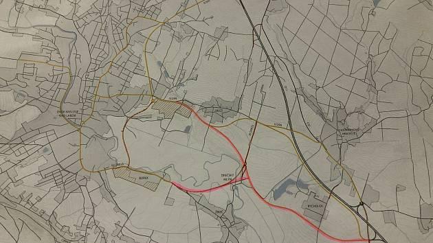 Mapka, znázorňující možný obchvat Choustníkova Hradiště (trasa obchvatu je vyznačena růžovou barvou).