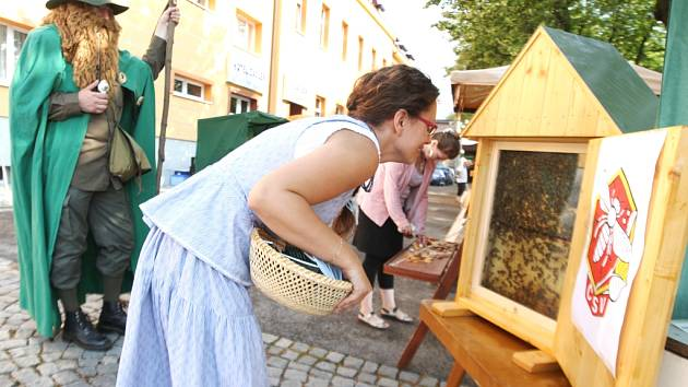 AKTIVITY VČELAŘŮ ze žacléřské organizace směřují i k popularizaci oboru. Nahlédnout do života včel mohli například návštěvníci stánku při Dni lidových řemesel na Rýchorském náměstí.