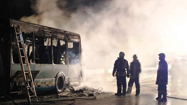 NEJVĚTŠÍ ŠKODU letos na Trutnovsku napáchal požár kloubového autobusu u Mladých Buků. Zasáhl zhruba dvě třetiny vozu a škoda byla odhadnutá na 3 miliony korun.