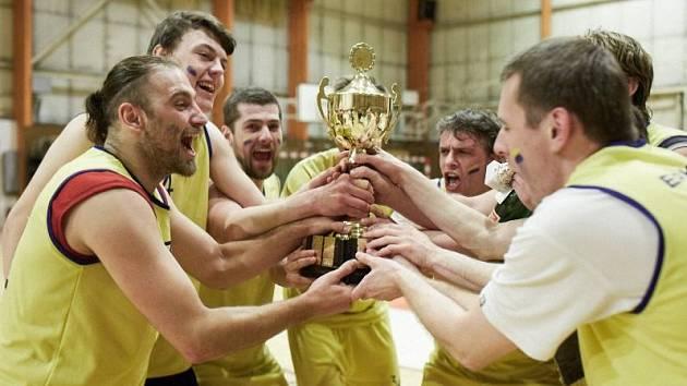 VÍTĚZNÁ RADOST. Pohár pro vítěze Krkonošské ligy ÚBS převzali po devatenácti letech hráči úpické Sparty.