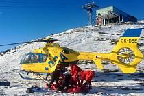 Vrtulník musel pro nemocnou ženu na vrchol Sněžky