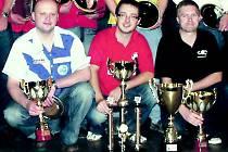 STUPNĚ VÍTĚZŮ na Mistrovství ČR: zleva bronzový Pavel Drtil z Kousal Twistu, vítěz Michal Kočík a stříbrný Roman Kysela.