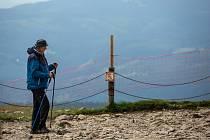 Turisté si zvykají na nové ochranné sítě, které tam 17. června 2020 umístili pracovníci českého a polského Krkonošského národního parku.