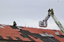 Poryvy větru rozebraly střech někdejší textilky.