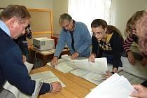 Komunální volby ve Dvoře Králové - členové volební komise okrsku č. 4 sčítají hlasy