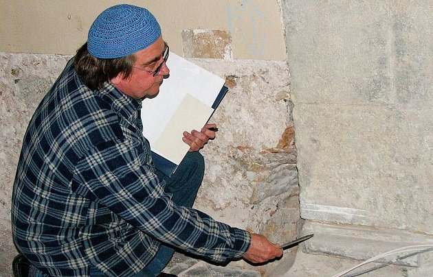 NOVÝ ZAJÍMAVÝ OBJEV. Patka kamenného sloupu, kterou ukazuje farář Jan Czekala, je důkazem, že na místě dnešního kostela ve Dvoře Králové stávala kdysi  vícelodní bazilika.