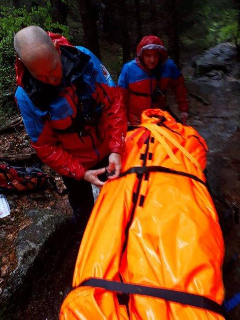 Členové Horské služby Krkonoše vypátrali vúterý brzy ráno dvojici německých turistů, která uvízla přes noc vLabském dole.