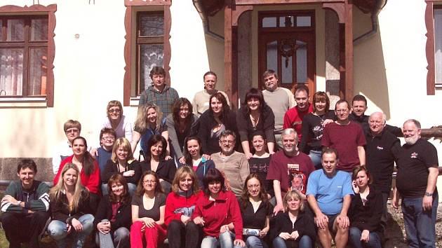 SOUSTŘEDĚNÍ v Josefově Dole absolvují členové pěveckého sboru Musica Fortuna již tradičně.