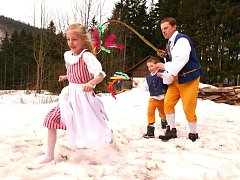 POMLÁZKA NA HORÁCH. Členové folklorního souboru Špindleráček vyrazí i letos na Velikonoční pondělí na putování po horských boudách, začnou už v šest ráno.