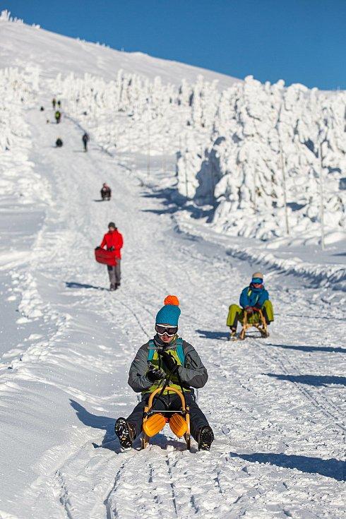 V době zavřených sjezdovek se stalo bobování a sáňkování trendem zimní sezony.