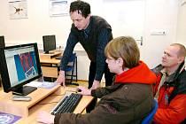 STRANOU ZÁJMU NÁVŠTĚVNÍKŮ Dne nových technologií ve Střední průmylové škole Trutnov samozřejmě nezůstala ani učebna výpočetní techniky.