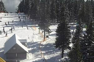 Černá hora 8. února 2020. Víkend přilákal na hory lyžaře a snowboardisty.