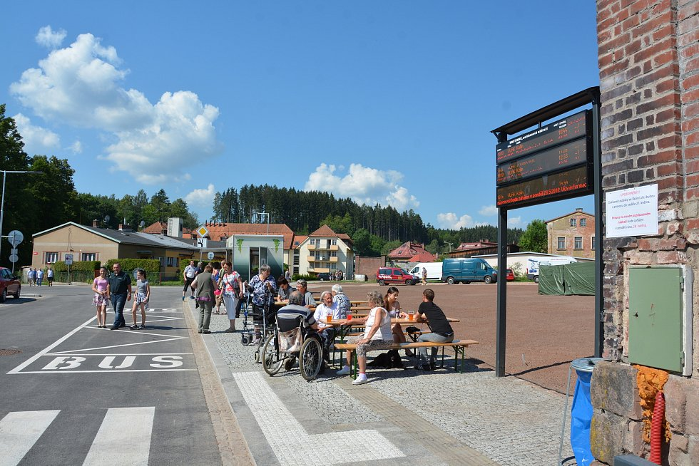 Slavnostní otevření autobusového nádraží v Hostinném.