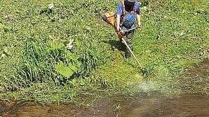 Sekání trávy v řece Úpě v Trutnově