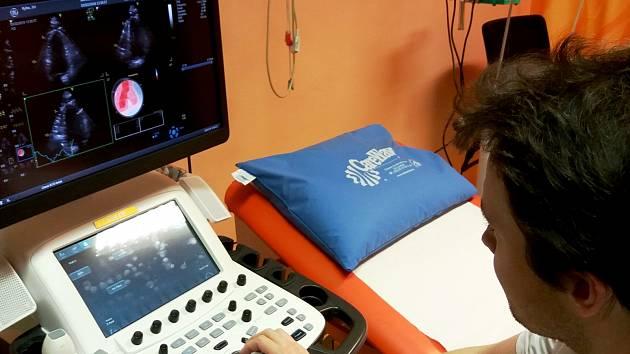 Penta Hospitals, majitel Nemocnice Vrchlabí, investuje do moderních zdravotnických přístrojů. Jeden z nich má na nové kardiologické ambulanci a slouží pacientům s bolestí na hrudi, dušností a dalšími kardiologickými potížemi.
