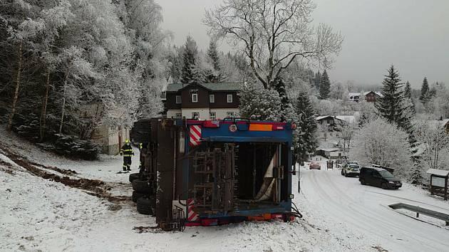 Ve Špindlerově Mlýně se převrátil popelářský vůz.