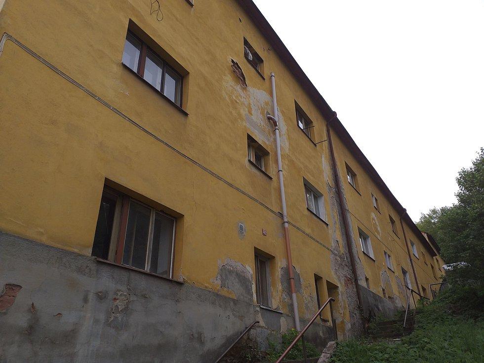 Vybydlený dům v Regnerově ulici v Úpici.