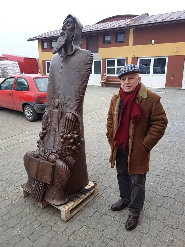 Autorem sochy je David Erevantzi. Odešel z Arménie do Paříže v 70. letech. Jeho díla najdete i na Champs-Élysées.