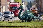 Figurína draka zdobí kruhový objezd v Trutnově na Polské ulici od roku 2009. Letos ji Technické služby Trutnova kompletně opravily.