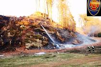 Požár lesního porostu v lokalitě Peklo u Trutnova.